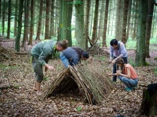 Wildnisschule Weltenwandler Ueberlebenstraining Notunterkunft bauen