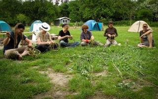 Wildnispaedagogik Naturhandwerk Koerbe flechten Wildnisschule Weltenwandler