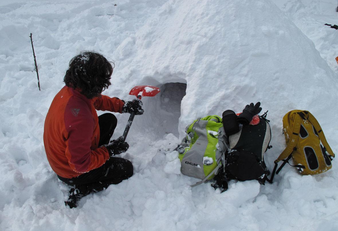 Outdoor Trekking Guide Ausbildung Iglubau Iglu bauen im Winter